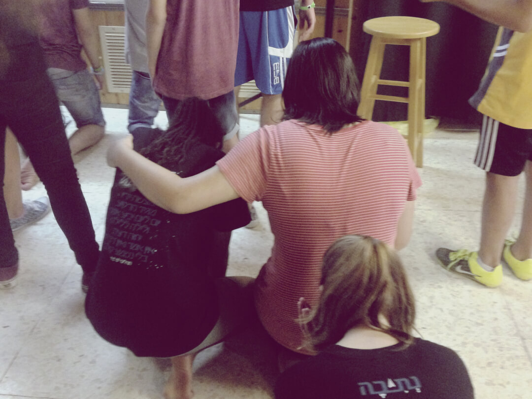 girls-praying-dor-haba
